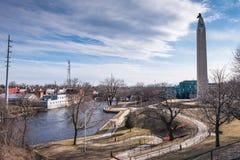 Памятник MacDonough и следы реки Saranac идя Стоковая Фотография