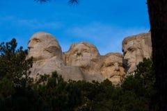 Памятник Mount Rushmore обрамленный деревьями стоковое изображение