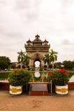 Памятник Paxtuxay в Вьентьян Лаосе PDR стоковые изображения