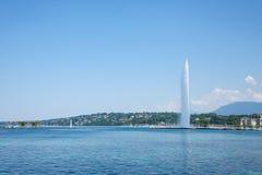 Памятник ` s Женевы главные и ориентир ориентир, струя воды Eau ` двигателя d, принятая в после полудня лета с голубым небом Стоковые Изображения