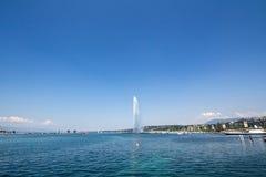 Памятник ` s Женевы главные и ориентир ориентир, струя воды Eau ` двигателя d, принятая в после полудня лета с голубым небом Стоковое Изображение