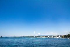 Памятник ` s Женевы главные и ориентир ориентир, струя воды Eau ` двигателя d, принятая в после полудня лета с голубым небом Стоковые Изображения RF