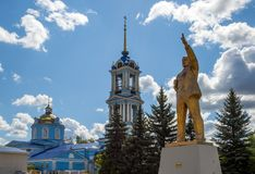 Памятник v I Ленин около церков предположения стоковое изображение