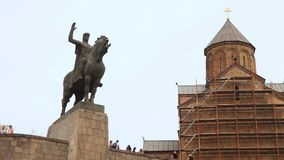 Памятник Vakhtang Gorgasali, виску Metekhi, Тбилиси сток-видео