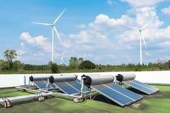 Панели и ветротурбины энергии фотоэлемента с голубым небом Зеленый Стоковые Изображения