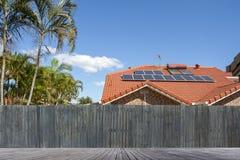 панели настилают крышу солнечное стоковые изображения