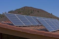панели настилают крышу солнечное Стоковая Фотография RF