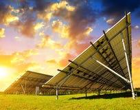 Панели солнечной энергии в луге на заходе солнца Стоковая Фотография RF