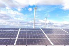 Панели солнечной энергии, фотовольтайческие модули для нововведения зеленеют en стоковое изображение