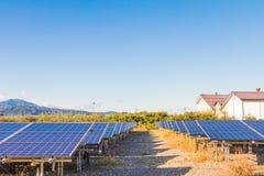 Панели солнечной энергии, фотовольтайческие модули для нововведения зеленеют en стоковые изображения rf