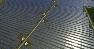 Панели солнечных батарей, альтернативная энергия, получая электричество от солнца акции видеоматериалы