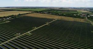 Панели солнечных батарей, альтернативная энергия, получая электричество от солнца видеоматериал