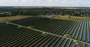 Панели солнечных батарей, альтернативная энергия, получая электричество от солнца сток-видео