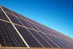 Панели солнечных батарей возобновляющей энергии против голубого неба Стоковая Фотография