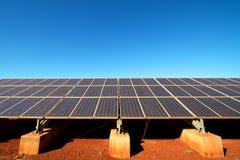 Панели солнечных батарей возобновляющей энергии против голубого неба Стоковые Фотографии RF