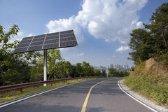 Панели солнечных батарей в городе иллюстрация штока