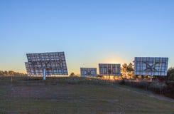 Панели солнечных батарей ждут свет для того чтобы преобразовать его в электричество стоковые изображения rf