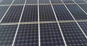 Панели солнечных батарей закрывают вверх, минирующ электричество панелями солнечных батарей, станция солнечной энергии, солнечная сток-видео
