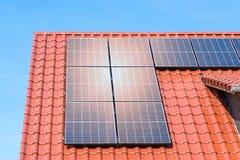 Панели солнечных батарей или фотовольтайческий завод на крыше дома - отражение солнца стоковые фотографии rf