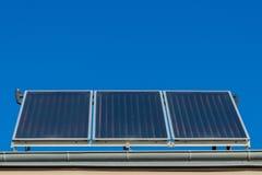Панели солнечных батарей или фотовольтайческий или солнечный термальный завод на крыше дома стоковые изображения rf