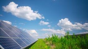 Панели солнечных батарей и ветрогенератор, промежуток времени акции видеоматериалы