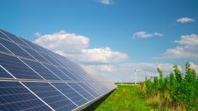 Панели солнечных батарей и ветрогенератор, промежуток времени сток-видео