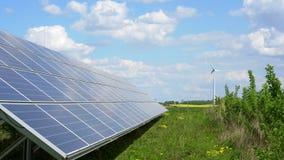 панели солнечных батарей и ветрогенератор сток-видео