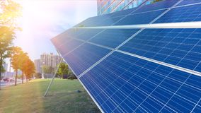 Панели солнечных батарей и городские здания стоковая фотография rf