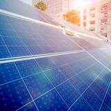 Панели солнечных батарей и городские здания стоковые фотографии rf