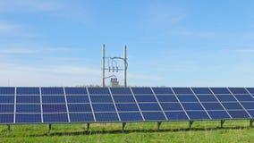 Панели солнечных батарей и сельский ландшафт акции видеоматериалы