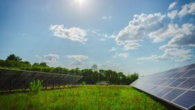 Панели солнечных батарей и солнце, промежуток времени наклона видеоматериал