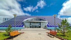 Панели солнечных батарей на крыше административного hyperlapse timelapse здания акции видеоматериалы