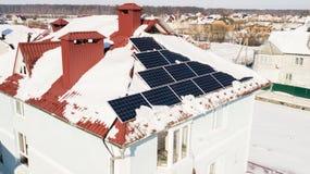 Панели солнечных батарей на крыше дома после сильного снегопада в зиме Стоковые Фотографии RF
