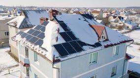 Панели солнечных батарей на крыше дома после сильного снегопада в зиме Стоковые Изображения RF