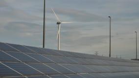 Панели солнечных батарей на солнечный день сток-видео
