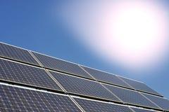 Панели солнечных батарей производящ электричество стоковое изображение