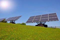 Панели солнечных батарей производящ электричество стоковое фото rf