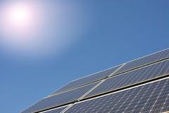 Панели солнечных батарей производящ электричество стоковые изображения