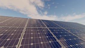 Панели солнечных батарей с промежутком времени облаков акции видеоматериалы