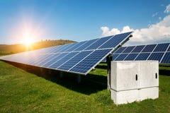 Панели солнечных батарей, photovoltaics, альтернативный источник электричества - концепция устойчивых ресурсов Стоковое Изображение
