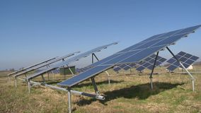 Панели солнечных коллекторов поворачивают сток-видео