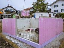 Панельный дом, работники в настраивать стены подвала стоковые фотографии rf