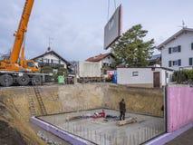 Панельный дом, работники в настраивать стены подвала стоковая фотография rf