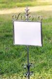 Панель на лужайке травы стоковая фотография rf