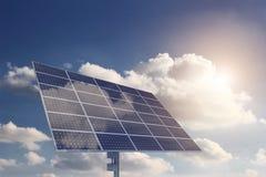 Панель солнечных батарей с Sun и облака на предпосылке Стоковые Изображения