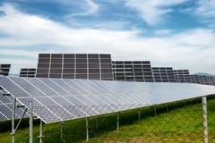 Панель солнечных батарей, фотовольтайческий, альтернативный источник электричества - концепция устойчивых ресурсов стоковая фотография rf