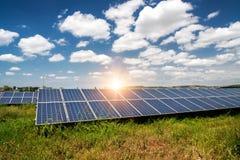 Панель солнечных батарей, фотовольтайческий, альтернативный источник электричества стоковое изображение rf
