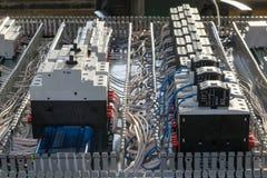 Панель установки шкафа собрания электрическая Автоматы защити цепи и контакторы стоковое изображение