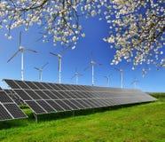Панели и ветротурбины солнечной энергии Стоковое фото RF