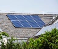 панели настилают крышу солнечное стоковые фотографии rf